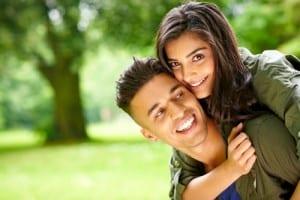 pareja abrazada en el parque