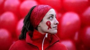 Mujeres con VIH con el lazo de la campaña internacional de lucha contra el SIDA