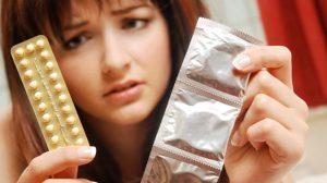 Mujer confundida por mitos sobre métodos anticonceptivos