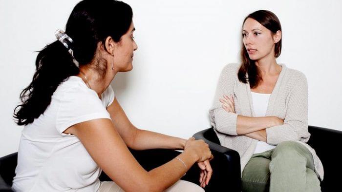 Mujer recibiendo acompañamiento psicológico postaborto