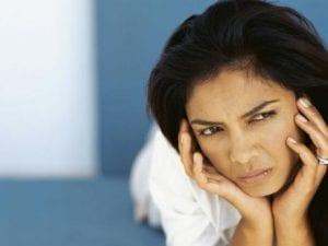 Mujer triste requiere apoyo psicológico postaborto