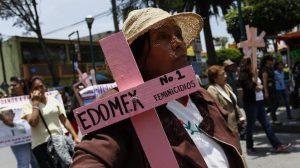 Mujer en manifestación contra feminicidios en el Estado de México