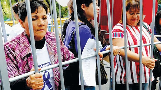 Mujeres protestan contra penas por abortar
