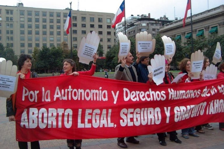 Activistas se manifiestan por la despenalización del aborto en Chile