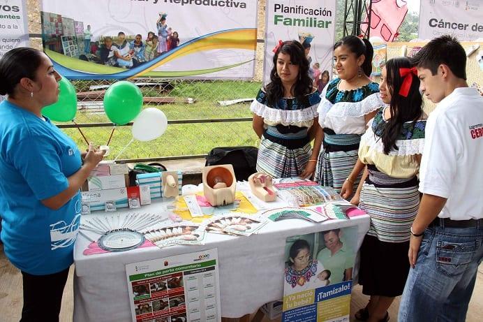 Feria de servicios de planificación familiar entre indígenas
