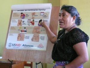 Mujer indígena exponiendo sobre planificación familiar entre indígenas