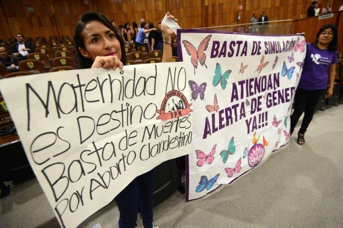 Mujeres con carteles apoyan la despenalización aborto en Veracruz