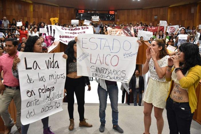 Mujeres protestan en congreso a favor de la despenalización del aborto en Veracruz