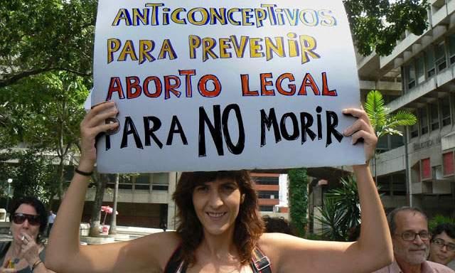 Mujer con pancarta a favor del aborto legal en Uruguay
