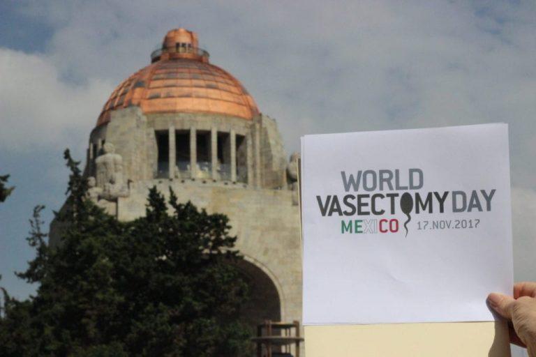 Cartel alusivo al Día Mundial de la Esterilización Masculina frente a Monumento a la Revolución