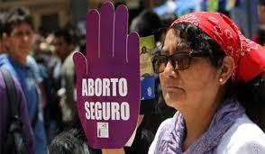 Mujer con pancarta en protesta por aborto legal en Bolivia