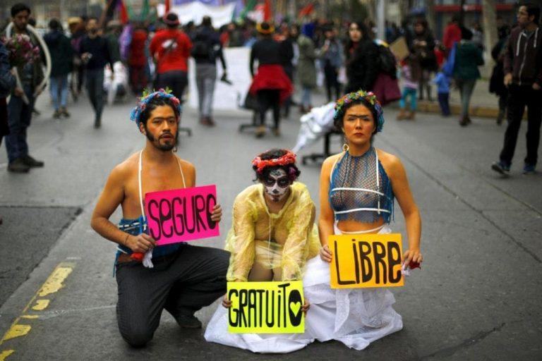 Manifestantes con pancartas por aborto libre seguro y gratuito en México