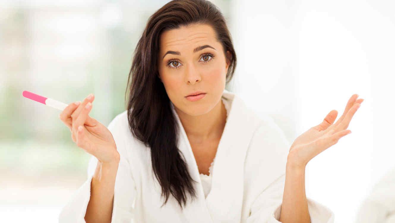 Mujer confundida con prueba de embarazo