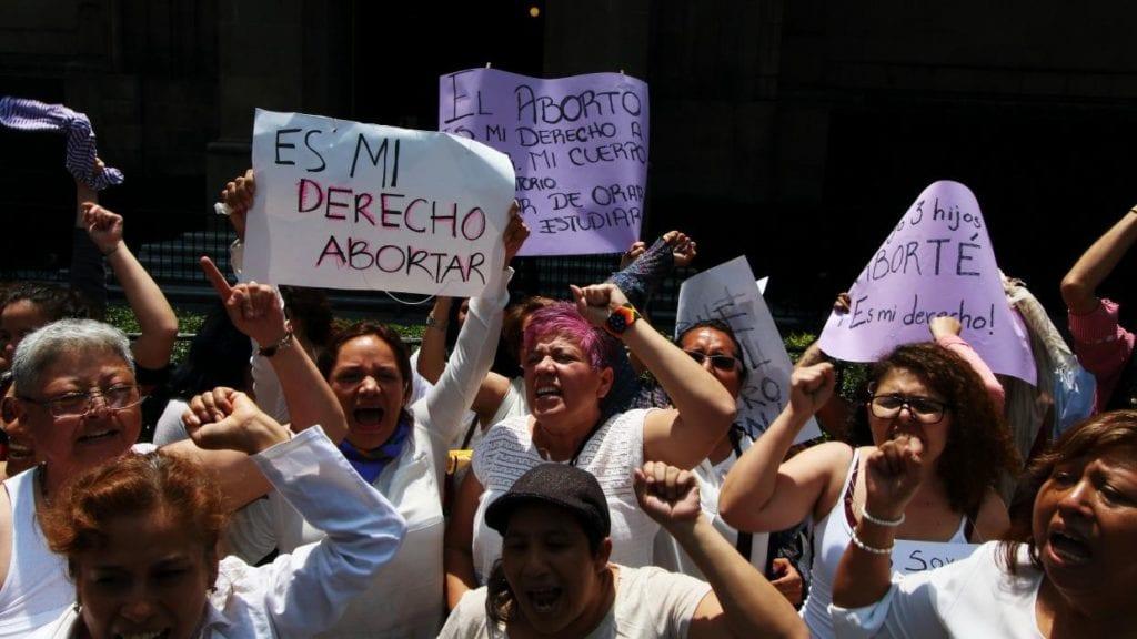 Manifestación de mujeres que sujetan pancartas proaborto.