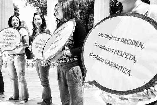 Mujeres se manifietan en celebración de aniversario de la egalización del aborto en CDMX