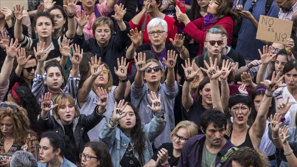 Manifestación en las calles de Valencia donde se aprecian cientos de personas con las manos en alto donde se aprecia la palabra NO.