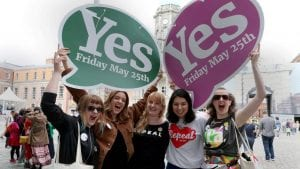 Mujeres con carteles que celebran el sí en referendum del aborto en Irlanda