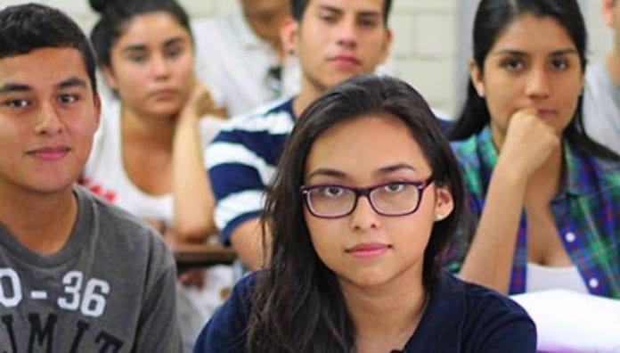 Estudiantes universitarios en aula