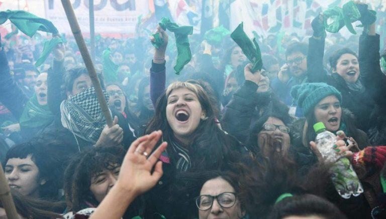 Celebración de mujeres argentinas proaborto tras conocerse la decisión del Congreso.