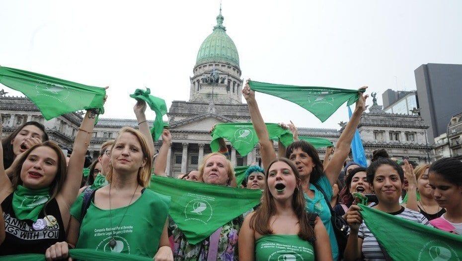 Mujeres con pañuelos y vestimenta verde manifestándose frente al Congreso a favor de la despenalización del aborto en Argentina.