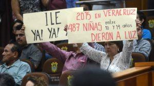 Personas sujetan carteles en el Congreso de Veracruz a favor del aborto.