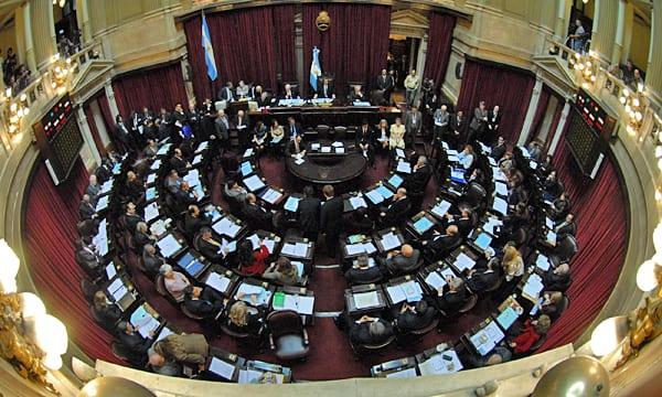 Senadores argentinos debaten la despenalización del aborto en el Congreso.