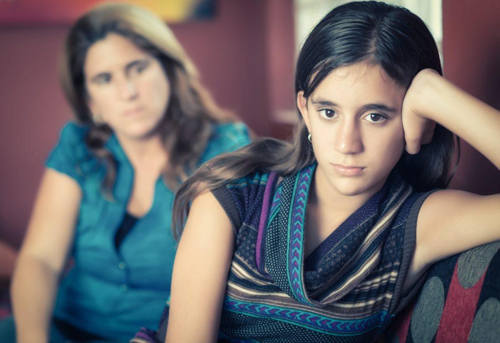 madre preocupada por su hija adolescente