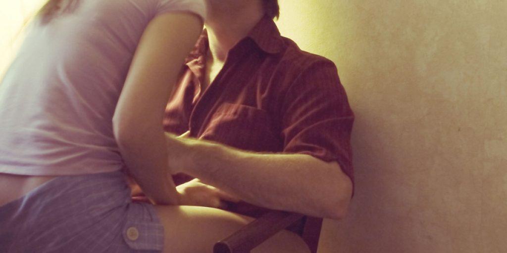 pareja heterosexual en actitud de mantener relaciones consentidas