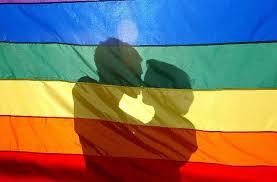 bandera LGBT y sombras de personas