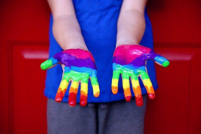manos pintadas de la bandera LGBTI