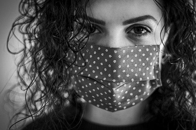 mujer en cuarentena por COVID-19