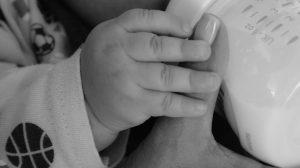 bebé tomando leche de una mamila